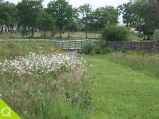 Parc communal paysagé Le fief des rainettes avec son parcours santé ses jeux pour enfants et son plan d'eau