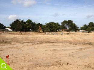 les travaux en cours du domaine des oyats nord dans un paysage de dune et de sable